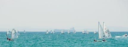 Navega la clase menor en la bahía de Pomorie bulgaria Fotos de archivo
