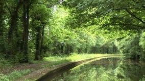 Navegación abajo de un canal en Inglaterra metrajes