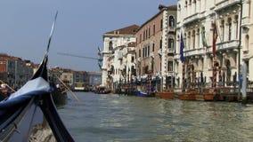 Navegación abajo del Gran Canal en la góndola Venecia Italia