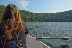 Navegación adolescente de la opinión de la parte posterior de la muchacha Imagenes de archivo