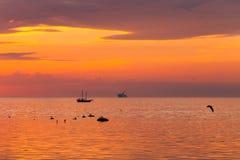 Navegación alta de la nave a lo largo del horizonte Fotografía de archivo libre de regalías