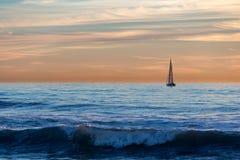 Navegación apagado en la puesta del sol imagenes de archivo