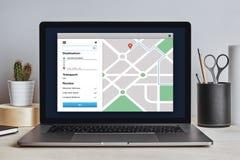 Navegación app del mapa de GPS en la pantalla del ordenador portátil Concep del perseguidor de la ubicación Imagenes de archivo