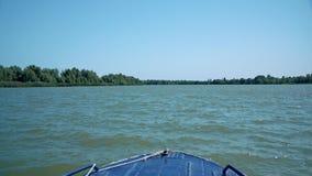Navegación azul del barco de motor en el delta del río Danubio cerca de la ciudad de Vilkove metrajes