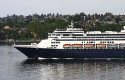 Navegación azul y blanca del barco de cruceros fuera de Seattle Fotografía de archivo libre de regalías