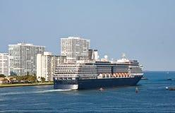 Navegación azul y blanca del barco de cruceros fuera del canal Fotos de archivo