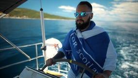 Navegación barbuda joven del hombre en el mar metrajes