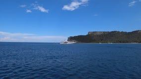 Navegación blanca de lujo del yate en el mar Mediterráneo cerca de las montañas en Turquía almacen de metraje de vídeo