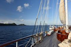 Navegación clásica retra del velero del vintage vieja en el océano azul marino Fotos de archivo