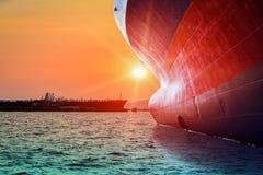 Navegación con bulbo de la nave del arco en el mar con puesta del sol fotografía de archivo