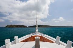 Navegación con un barco de pesca en el Mar Egeo Fotografía de archivo