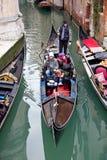 Navegación de Gondoliero en el canal de Venecia Imagen de archivo