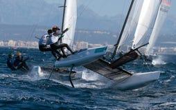 Navegación de la clase de Nacra durante regata en el detalle de Mallorca Imagen de archivo libre de regalías