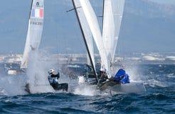 Navegación de la clase de Nacra durante regata en el detalle de Mallorca en la boya Fotografía de archivo libre de regalías