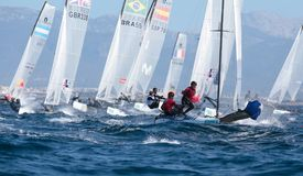 Navegación de la clase de Nacra durante regata en la opinión amplia de Mallorca Imagenes de archivo