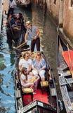 Navegación de la familia en góndola en Venecia Imagen de archivo
