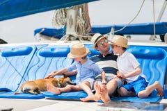 Navegación de la familia en un yate de lujo Fotos de archivo libres de regalías