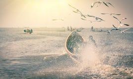 Navegación de la lancha de carreras en el lago Inle - Myanmar fotografía de archivo libre de regalías