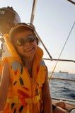 Navegación de la muchacha en el barco en el mar foto de archivo libre de regalías