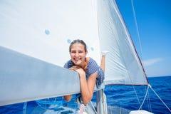 Navegación de la muchacha en el yate en Grecia Imágenes de archivo libres de regalías
