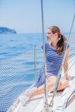 Navegación de la muchacha en el yate en Grecia Imagenes de archivo