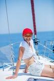 Navegación de la muchacha en el yate en Grecia Foto de archivo libre de regalías