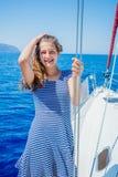 Navegación de la muchacha en el yate en Grecia Fotografía de archivo