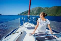 Navegación de la muchacha en el yate en Grecia Foto de archivo