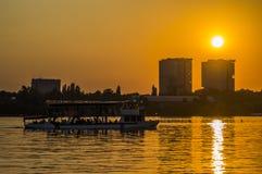 Navegación de la nave en la puesta del sol Imágenes de archivo libres de regalías