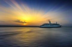 Navegación de la nave en la salida del sol Imagen de archivo libre de regalías