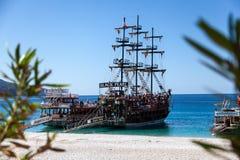 Navegación de la nave vieja en un mar imágenes de archivo libres de regalías