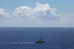 Navegación de la pequeña nave en el océano Imágenes de archivo libres de regalías