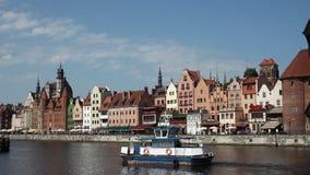Navegación de la pequeña nave por riverbank con la fila de las casas alineadas a lo largo de ella, ciudad polaca almacen de metraje de vídeo