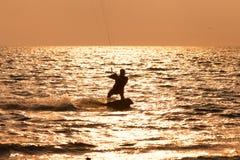 Navegación de la persona que practica surf de la cometa en el mar Imagen de archivo libre de regalías