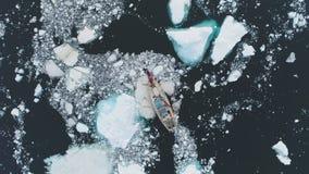 Navegación de la rotura del yate a través del hielo de fusión antártico almacen de metraje de vídeo