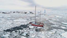 Navegación de la vela del yate en el océano congelado peligroso ártico almacen de video