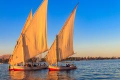Navegación de los barcos de Felucca en el río Nilo en Luxor, Egipto Barcos de navegación egipcios tradicionales imagen de archivo libre de regalías