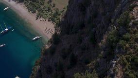 Navegación de los yates que navegan en el fondo Montañas en el fondo Montaña aérea de Photography Paisaje marino metrajes