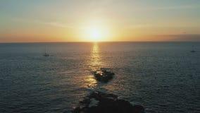 Navegación de los yates que vuelven al puerto durante la puesta del sol atlántica asombrosa almacen de video