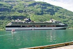 Navegación de lujo del barco de cruceros de las montañas de Noruega del puerto en el fondo Foto de archivo