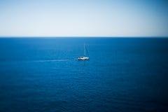 Navegación de lujo del yate en el mar Fotografía de archivo libre de regalías