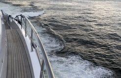 Navegación de lujo del yate en el océano Fotografía de archivo libre de regalías