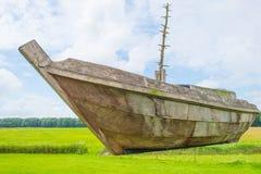 Navegación de madera del barco en un mar anterior foto de archivo libre de regalías