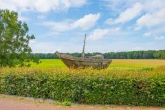 Navegación de madera del barco en un mar anterior imágenes de archivo libres de regalías