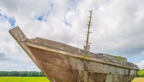 Navegación de madera del barco en un mar anterior foto de archivo