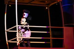 Navegación de Mickey Mouse en la demostración de Fantasmic en los estudios de Hollywood en Walt Disney World 2 fotos de archivo