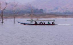 Navegación de Pan Camera Ship en la presa de Mae Ngad en Maetaeng Chiangmai Tailandia Foto de archivo libre de regalías