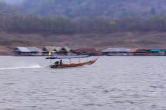 Navegación de Pan Camera Ship en la presa de Mae Ngad en Maetaeng Chiangmai Tailandia Imagen de archivo