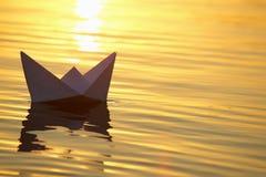Navegación de papel del barco en el agua con las ondas Fotos de archivo libres de regalías