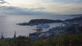 Navegación de plata de la sombra del trazador de líneas de la travesía de la expedición en puerto en el Océano Pacífico almacen de video